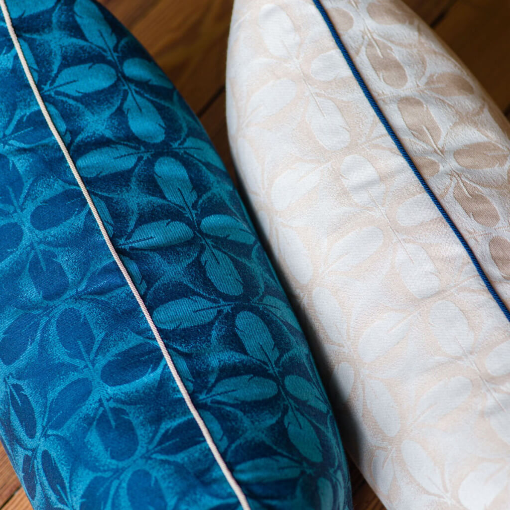 zoom tissu coussin plumes